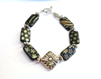 צמיד חרוזים, חרוזי זכוכית צכיי'ם עם עיטורים שונים ומתכות בצבע כסף