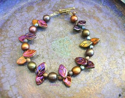 צמיד חרוזים, חרוזי זכוכית צכיי'ם בצורת עלים בגוונים שונים עם סוגר מתכת בצבע זהב עתיק