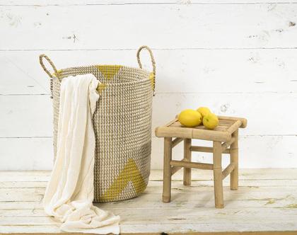 סל כביסה ואחסון גדול קלוע מעשב ים בצבע טבעי עם דוגמת משולשים בצהוב
