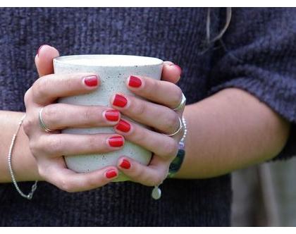 ספל קרמיקה | ספל קפה בצבע לבן עם נקודות | כוס קפה | ספל מעוצב | הפסקת קפה