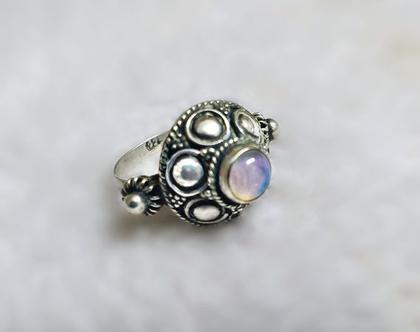 טבעת כסף ואבן אופל אמיתית עתיקה משופצת.
