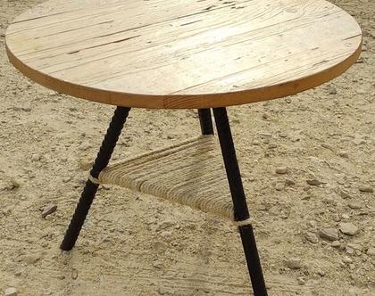 שולחן קפה מעץ ממוחזר עם רגלי ברזל ומדף מחבל