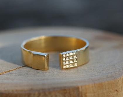 טבעת עדינה פתוחה מוזהבת עם צריבה של דוגמאות גאומטריות / R-272