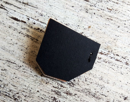 Black shemesh brooch
