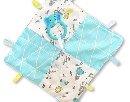 שמיכי תווית | שמיכי תגיות | שמיכי עם נשכן | שמיכי טלאים | שמיכה קטנה למשחק | שמיכה עם תוויות | שמיכי לתינוק | נשכן