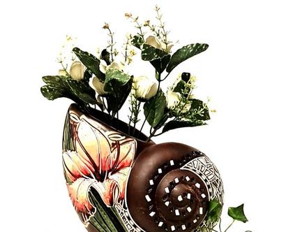 """אגרטל. עבודת יד. חתום. בצורת קונכייה מעוצב בחריטת פרח איריס. צבע בסיס חום מט. מק""""ט 1021"""