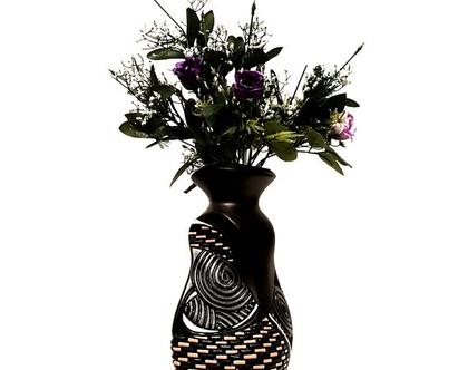 """אגרטל בינוני בצורה מסובבת. עבודת יד. בצבע שחור מט מעוצב בשחור מבריק וכתום. מק""""ט 1009"""