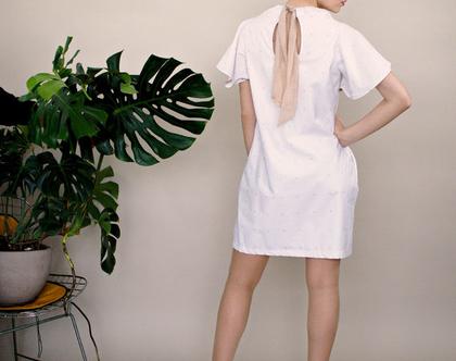 חדש! שמלת לבנה עם פרחים עדינים, שמלת מיני, טוניקה לבנה עם כיסים, קשירה בגב בבז'