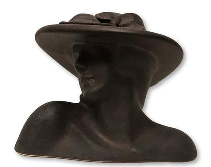 """פסל קרמיקה קטן - ראש אישה בכובע. צבע שחור . מק""""ט 1052"""