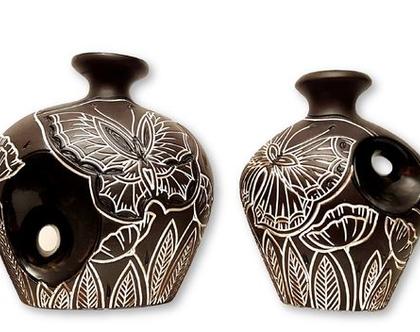 """סט 2 אגרטלים עבודת יד. צבע שחור מט מעוצב בחריטת פרפר ופרחים קונטור לבן. מק""""ט 1054"""