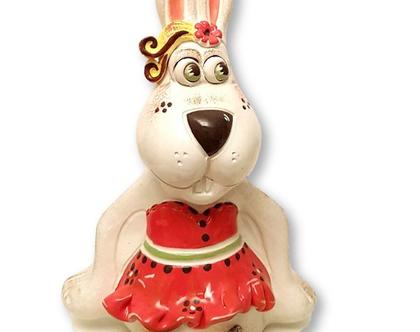 """פסלון ארנבת בשמלה. קופת חיסכון - קרמיקה. מק""""ט 1100"""