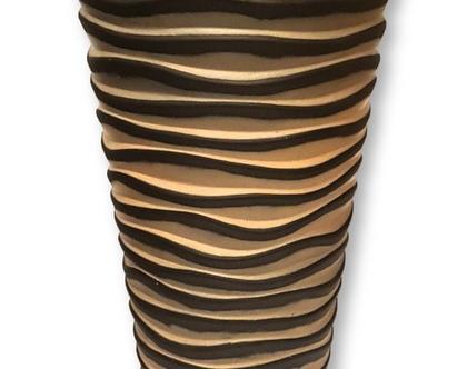 """אגרטל רצפה - קרמיקה לבית ולגינה בעיצוב """"דיונות"""" צבעי חול וחום כהה. מק""""ט 1112"""
