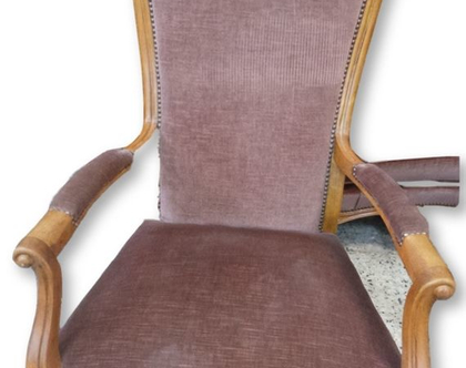 כורסא מעוצבת מעץ מלא בגוון ורוד עתיק.