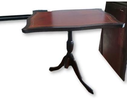 שולחן/מעמד אנגלי עתיק מחופה עור בגוון בורדו.