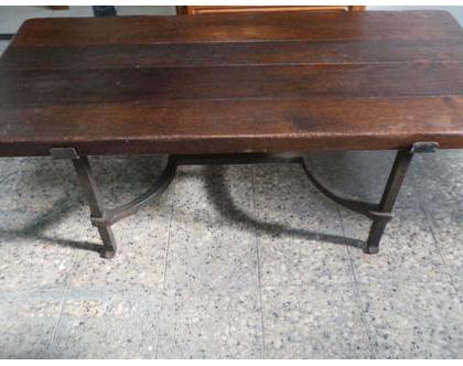 שולחן סלון עתיק בשילוב ברזל מאסיבי ולוחות עץ אלון