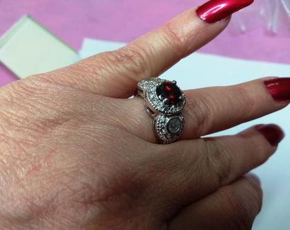 טבעת קוקטייל כסף בציפוי רודיום בשיבוץ זירקונים באדום ולבן מידה 9