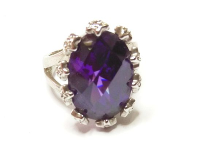טבעת קוקטייל כסף בציפוי רודיום בשיבוץ זירקונים בסגול ולבן מידה 8