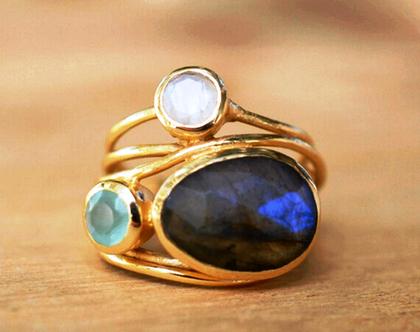 טבעת קוקטייל מוזהבת בשיבוץ לברדורייט ומונסטון מידה 8