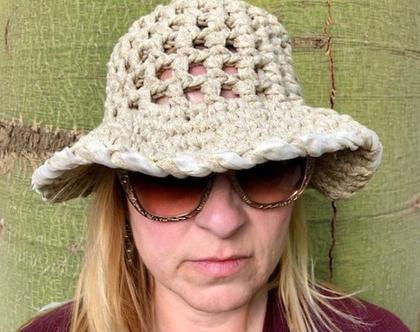 כובע סרוג לקיץ בצבע בז' בהיר עם חוט זהב שזור