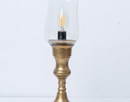 מנורה על רגל פליז.