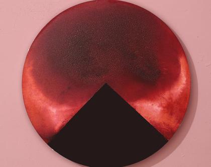 ציור אדום מופשט על קנבס עגול