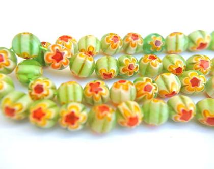 """20 חרוזי זכוכית צבעוניים ירוקים עגולים 8 מ""""מ , עיצוב פנימי של החרוז-פרחים אדום צהוב"""