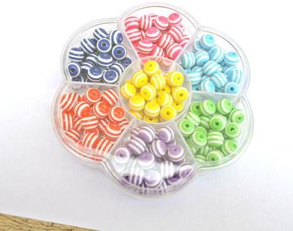 """חרוזים עגולים, חרוזי פלסטיק רזין, 175 חרוזים בדוגמת פסים, 7 צבעים ארוזים בקופסא 8 מ""""מ"""