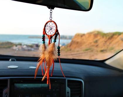 תליון קישוט לרכב עבודת יד מקרמה לוכד חלומות קטן בשילוב תליונים, חרוזים,נוצות.