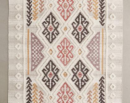 שטיח בוהו קטן ובהיר עם גוונים חמים