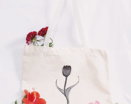 תיק בד לבן מעוצב עם ציור פרח בעבודת יד