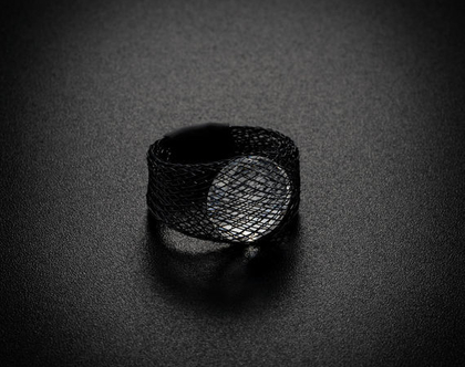 טבעת שחורה עיגול קריסטל סברובסקי קטן יהלום