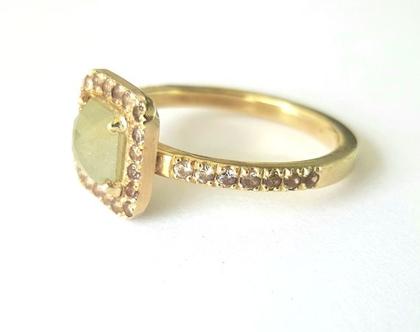 טבעת אירוסין | טבעת יהלום מרכזי | טבעת מעוצבת ייחודית | אורה דן תכשיטים | תכשיטים בתל אביב | טבעות בעיצוב אישי |