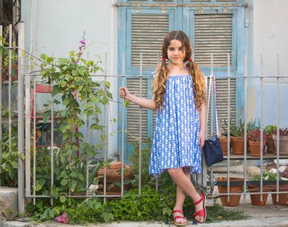 שמלת A בוואל כותנה כחול עם הדפס של סוסוני ים לבנים.