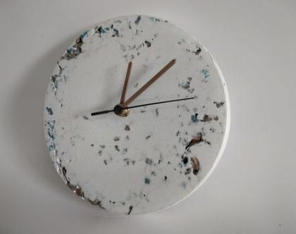 שעון בטון לבן עם אבנים