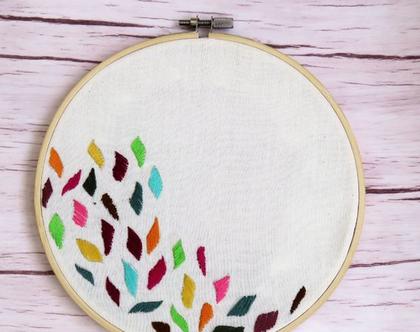 חישוק רקמה צבעוני, רקמת עלים צבעוניים, תמונה רקומה לבית