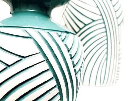 """סט 2 אגרטלים. עבודת יד,חתום. צבע טורכיז מבריק מעוצב בחריטת פסים טורכיז על רקע לבן. מק""""ט 1048"""