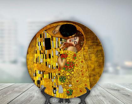 """צלחת קרמיקה מודפסת כולל מעמד לקישוט או להגשה בעיצוב ציורו של גוסטב קלימט """"הנשיקה"""""""