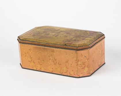 קופסת פח עם איור נוף כפרי