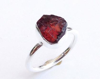 טבעת אבן גרנט גולמית וכסף סטרלינג 925, טבעת אבן חן גולמית, טבעת כסף משובצת אבן גרנט, אבן חודש ינואר,אבן חן אדומה כהה