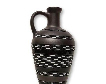"""אגרטל בינוני בצורת כד עם ידית - קרמיקה בעבודת יד. חתום. צבע שחור לבן. מק""""ט 1124"""