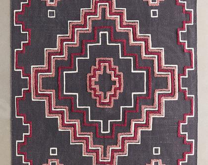 שטיח בוהו אפור עם נגיעות ורודות