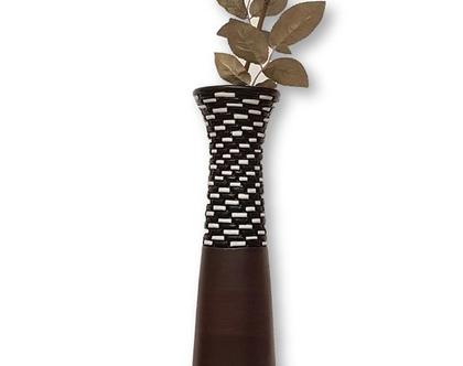 """אגרטל גבוה בצורת קונוס, עבודת יד, חתום. צבע בסיס חום כהה מט מעוצב בחריטה בשחור לבן מבריק. מתאים לפרח בודד גבוה. מק""""ט 1212"""