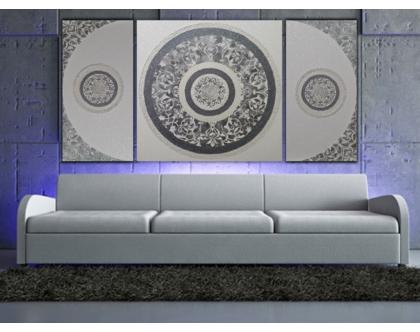 """""""רויאלטי"""" - אבסטרקט עשיר בשלושה חלקים עם שברי זכוכית וטקסטורות מובלטות בגוונים כסופים ופנינה וינטאג'."""