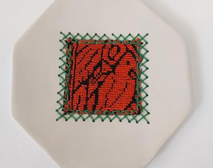 צלחת דקורטיבית בשילוב רקמה בדואית בעבודת יד