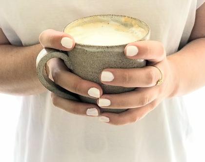 זוג ספלי קפה מקרמיקה בצבע אפור-שמנת