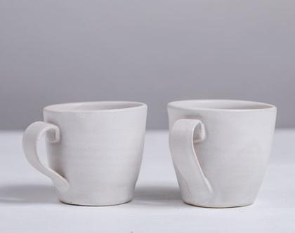 זוג ספלים מקרמיקה בצבע לבן   2 ספלי אספרסו לבנים עם ידית