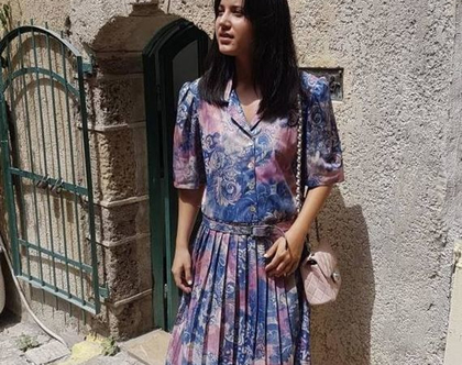 שמלה קיץ, שמלה אביבית, שמלה עם כפתורים, שמלה עם חגורה, שמלה עם צוורון, שמלה סגולה, שמלה ורודה, שמלה עד מתחת לברך, שמלת וינטג', שמלה צנועה