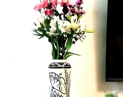 """אגרטל קרמיקה בעבודת יד. צבע אופוויט . מעוצב פרחים בשחור. מק""""ט 1087"""