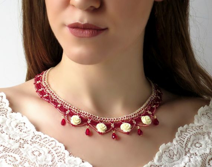 שרשרת חרוזים אדומה עם שושנים לבנים, שרשרת רומנטית, שרשרת מעוצבת מיוחדת לאירוע, שרשרת בעבודת יד