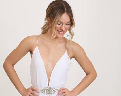שמלת כלה פשוטה עם חגורת אבנים